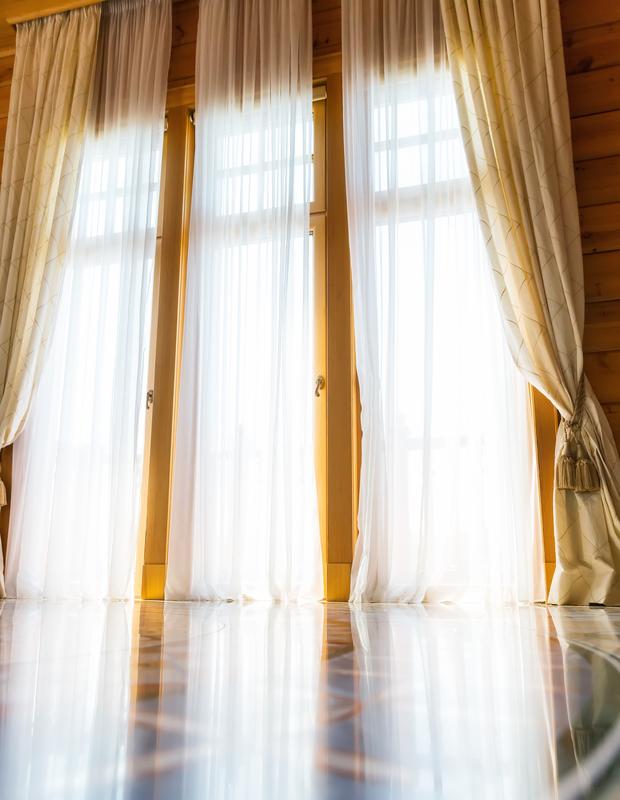 """Poca gente conoce la posibilidad de pagar el alquiler de una vivienda con ladrillos, pintura, sanitarios y azulejos. Pero, de no ser por esta modalidad, el piso del barrio de La Verneda i la Pau (Barcelona) estaría cerrado a cal y canto. Los herederos, sin dinero suficiente para afrontar la reforma necesaria, se decantaron por sustituir la renta mensual por la ejecución de obras en su vivienda. El matrimonio alquilado se comprometió a hacer mejoras por valor de 12.000 euros, así que durante 24 meses no tuvo obligación de pagar la renta de 460 euros mensuales. """"Fue muy bien porque los herederos están cobrando un dinero con el que no contaban y los inquilinos, que tenían conocimientos de albañilería, han podido acceder a un piso y además a su gusto"""", explica Mariano Hervás, administrador de fincas del Colegio de Barcelona-Lérida, que participó en la redacción del contrato. Desde 2013, con la Ley de Medidas de Flexibilización y Fomento del Mercado de Alquiler de Vivienda, se incluye la rehabilitación por renta en el marco de la Ley de Arrendamientos Urbanos (LAU) de 1994. Si bien esta figura ya se utilizaba en la práctica sometida a la regulación del Código Civil y estaba definida en otros ordenamientos jurídicos, principalmente autonómicos, explican en el Ministerio de Fomento. Así, el inquilino que paga con obras tiene los mismos derechos que cualquier otro, como la duración mínima de tres años del contrato o la posibilidad de terminar el mismo a partir del sexto mes. Pero la rehabilitación por renta no es un derecho del inquilino, sino un acuerdo. """"Se pacta lo que las partes acuerden atendiendo al valor de las obras y del alquiler. Por ejemplo, si el alquiler mensual es de 400 euros y el inquilino se compromete a ejecutar unas obras que le costarán 4.000 euros, eso significará que durante 10 meses no deberá pagar la renta. El valor de las obras puede ser tan significativo que el inquilino no llegue a abonar ninguna renta"""", recalca Rosa María García Teruel, investiga"""