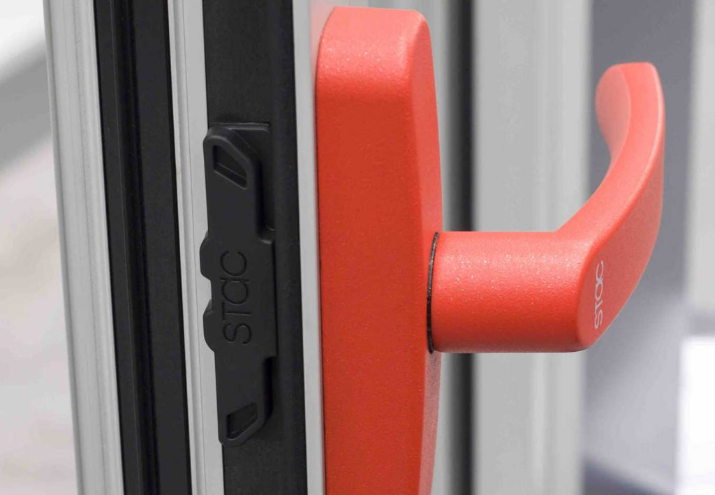 Basf ha lanzado al mercado Ultramid LFX , una nueva poliamida reforzada con fibras de vidrio larga, que otorga ventajas significativas comparadas con las de otros materiales convencionales metálicos y consigue una mayor resistencia mecánica y buenas propiedades aislantes. Este nuevo componente plástico permite además un diseño inteligente de los cerramientos de ventana. En cooperación con el fabricante gallego de herrajes y accesorios STAC , Basf ha sustituido un componente hecho de Zamak, con un Ultramid reforzado con fibra de vidrio larga, mejorando el sistema completo de forma significativa. Gracias al uso de las fibras largas, se ha logrado un perfil general del rendimiento del componente superior a la solución en Zamak, no sólo gracias a sus excelentes propiedades mecánicas, sino también gracias a las propiedades aislantes del conjunto del cerramiento, contribuyendo a una construcción más sostenible. La posibilidad de sustituir componentes metálicos en los perfiles de ventana resulta en una gran ventaja. Gracias a su suave acabado superficial, la ventana se puede abrir fácilmente y de manera mucho más silenciosa. Todo ello se consigue sin la necesidad de aplicar ningún tipo de pintura o barniz, con lo que además se beneficia el perfil medioambiental de este componente plástico, ya que se evitan el uso de tratamientos químicos anticorrosión y es particularmente eficiente en el proceso productivo. Además, es más ligero que los productos convencionales y reduce consecuentemente la energía consumida para transportarlo. Para los diseños futuros de ventanas todavía existen multitud de oportunidades para la mejora de la eficiencia energética y la sostenibilidad.